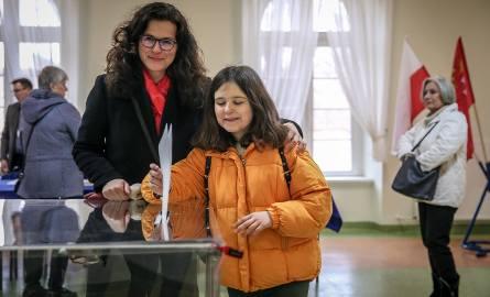 Wybory do rad dzielnic w Gdańsku 24.03.2019. Prezydent Gdańska Aleksandra Dulkiewicz głosuje razem z córką.