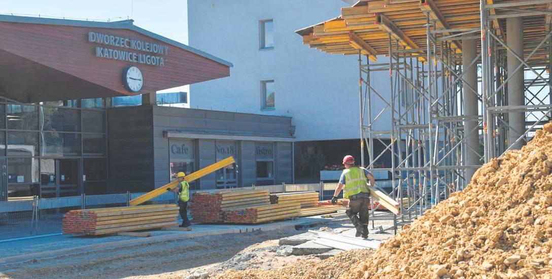 Dworzec kolejowy w Ligocie. Naprzeciw trwa obecnie budowa centrum przesiadkowego
