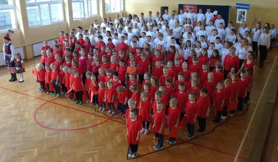 """Film do artykułu: Ziemia kazimierska w """"Rekordzie dla Niepodległej"""". Śpiewaliśmy z dumą hymn narodowy! [ZDJĘCIA]"""