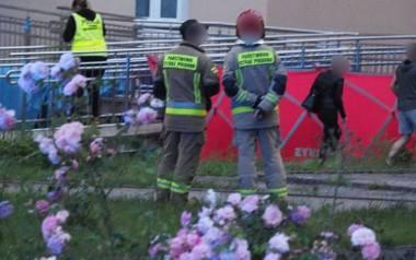 Około 20.35 oficer dyżurny KMP Koszalin odebrał zgłoszenie. Wiadomo było, że z okna w wieżowcu przy ul. Władysława IV w Koszalinie wypadło dwoje dzieci.ZDJĘCIA