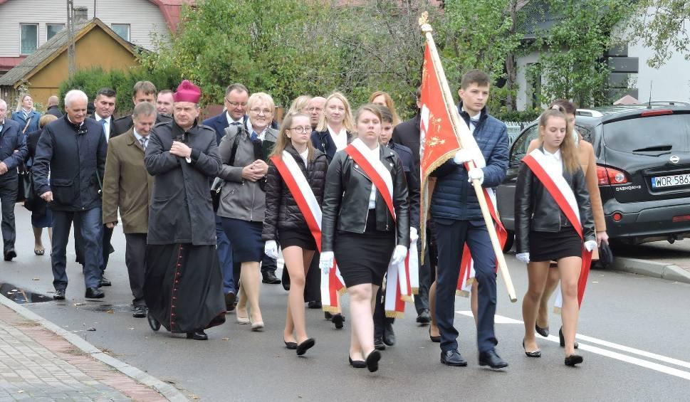 Film do artykułu: Stary Lubotyń. Szkoła obchodziła 100-lecie, 10.10.2019. Przyjechało wielu gości, absolwentów, byłych nauczycieli. Zobaczcie zdjęcia i wideo