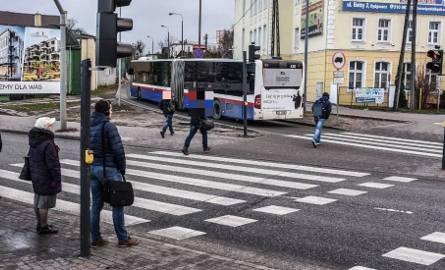 Na rondzie Toruńskim w Bydgoszczy pasażerowie wysiadający z tramwajów biegiem pokonują trasę na przystanek przy ul. Bełzy.