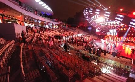 Godzina 0.44Opolski festiwal nie pamięta takich pustek w amfiteatrze, jak w sobotę wieczorem. Po koncercie Premier widownia z minuty na minutę się przerzedzała,
