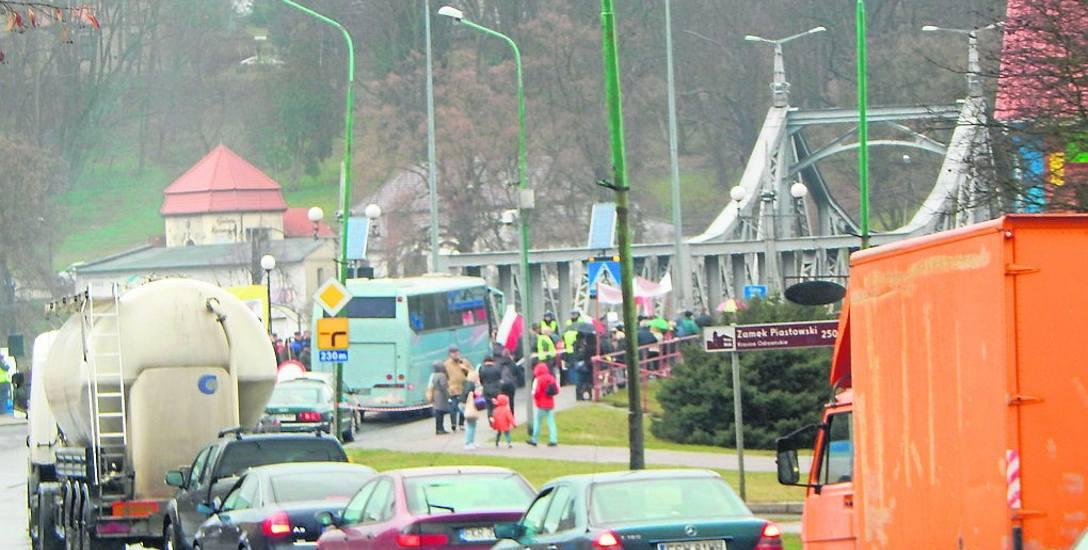 Korki w Krośnie Odrz. tworzą się nie po raz pierwszy i nie po raz ostatni zapewne. Już wcześniej zablokowanie mostu na kilka minut pokazało, że łatwo
