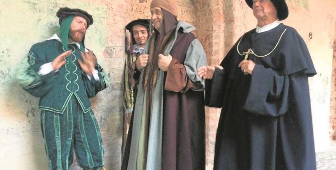 Od lewej Retyk (Sebastian Wolf), Heinrich Zell (Szymon Król), Kopernik  (Florian Staniewski) i biskup Tiedemann Giese (Krzysztof Matuszewski)  na zamku