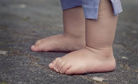O krok od tragedii w Pabianicach. Małe dzieci stały w oknie na 9 piętrze, a rodzice... spali