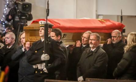Po uroczystościach w Sali BHP prezydenci największych miast wnieśli trumnę z ciałem Pawła Adamowicza do Bazyliki Mariackiej