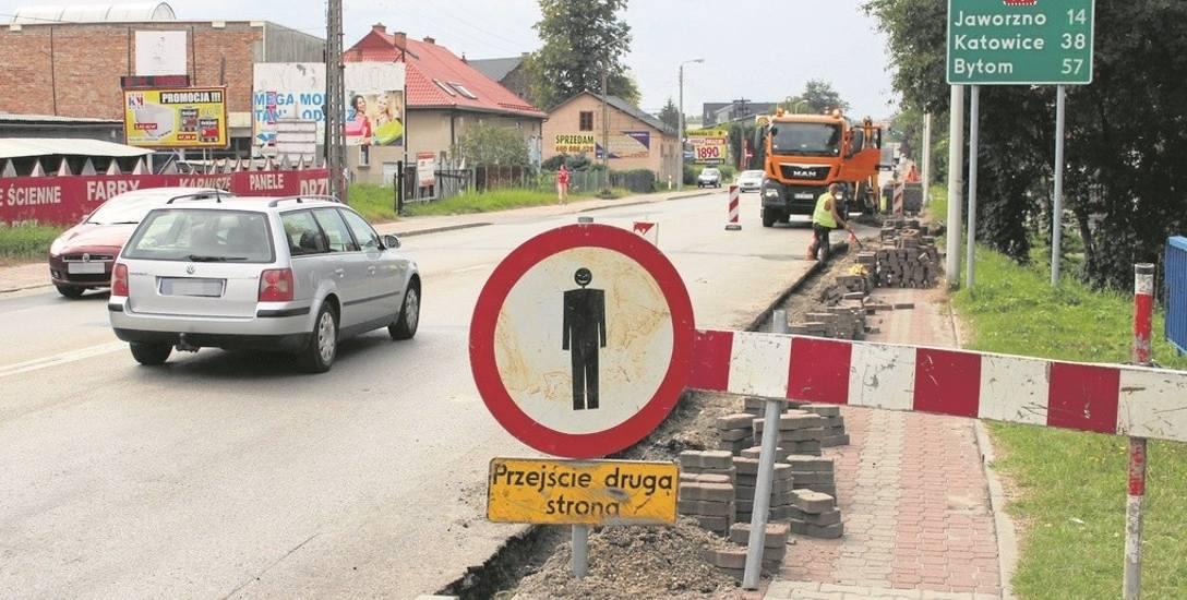 W związku z rozpoczętymi pracami utrudnienia czekają zarówno kierowców, jak i przechodniów