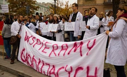 W piątek białostoccy pracownicy medyczni znów protestowali na Rynku Kościuszki.