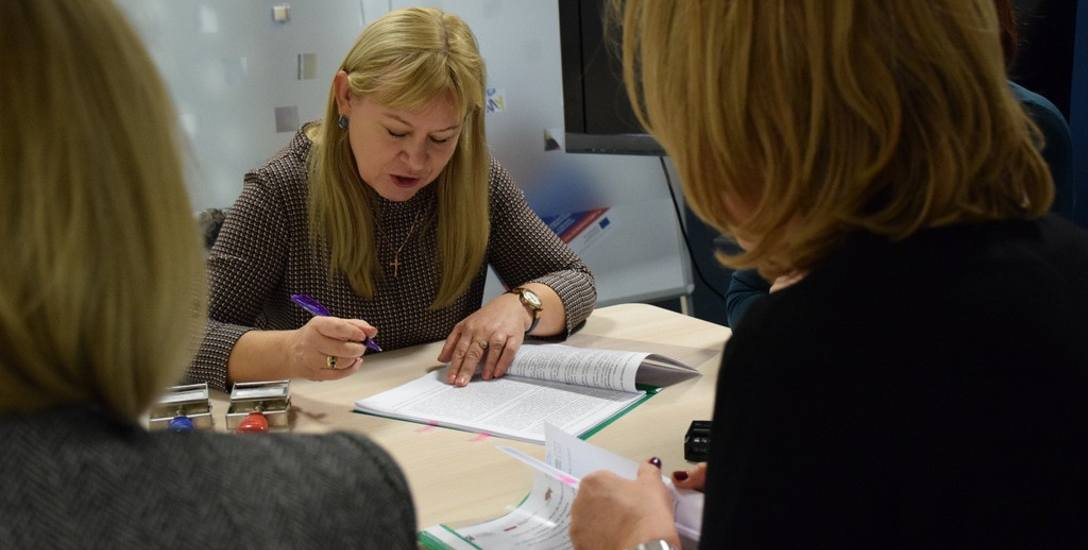 """Jolanta Gadek, dyrektor Książnicy Podlaskiej, podpisuje umowę z urzędnikami marszałka na dofinansowanie digitalizacji """"Gazety Współczesnej&"""