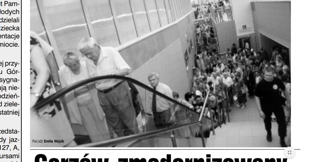 Tak w 2002 r. otwierano przejścia podziemne: były tłumy! Jako jeden z pierwszych schodami przejechał się ówczesny prezydent Tadeusz Jędrzejczak (w k