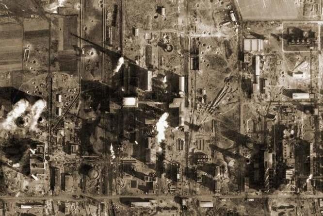 Tak wyglądał zakład w Zdzieszowicach po bombardowaniu. Na uwagę zasługują leje, które pozostały w ziemi po wybuchach