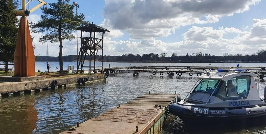 """Patrol policji wodnej w pustym jeszcze Rodzinnym Porcie Jachtowym """"Tazbirowo"""" nad Zalewem Koronowskim"""