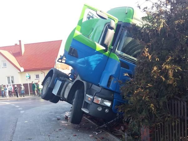 Wypadek w Sobolewie. Cysterna wypadła z drogi