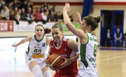 W ataku na kosz lublinianek Sandra Ygueravide z Wisły Can-Pack Kraków