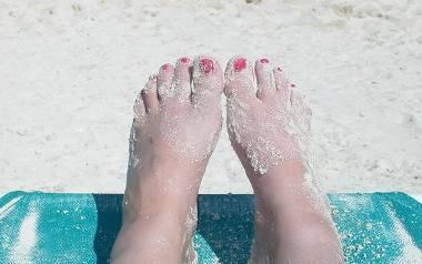 Piękne stopy i nogi na lato
