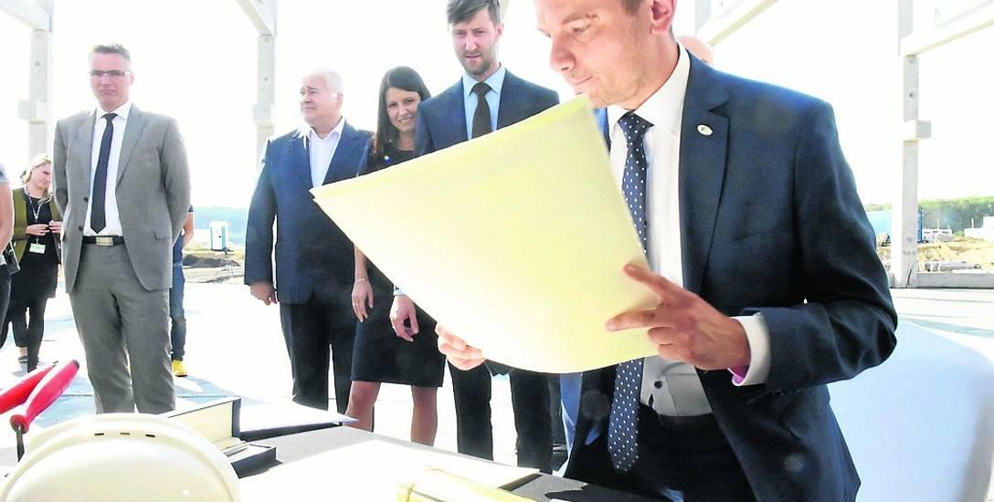 """Prezes Ekoenergetyki Bartosz Kubik za chwilę włoży akt erekcyjny oraz """"GL"""" do tuby"""