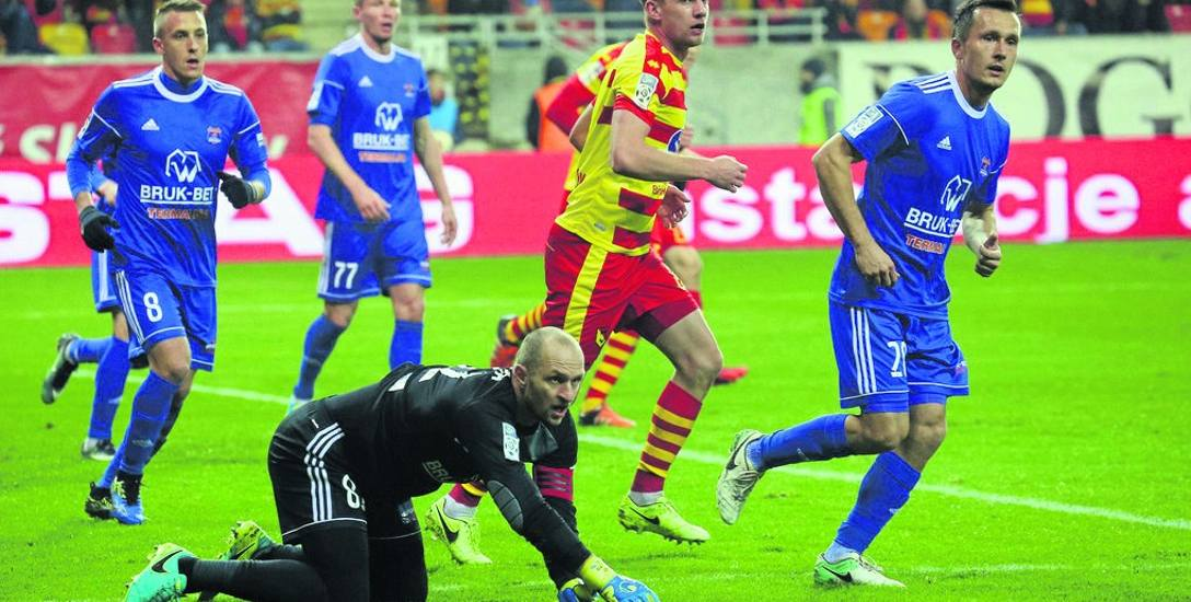 Łukasz Burliga (w środku) był jaśniejszym punktem w drużynie Jagiellonii w meczu z Bruk Bet Termaliką Nieciecza zakończonym bezbramkowym remisem