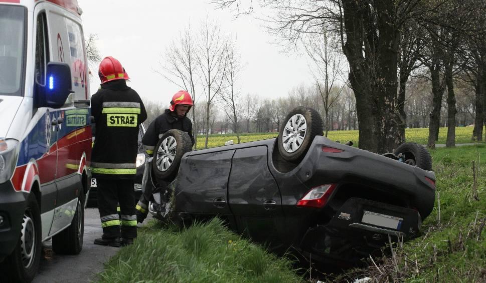 Film do artykułu: Dachowanie auta w Grabowcu, kobieta i dziecko w szpitalu