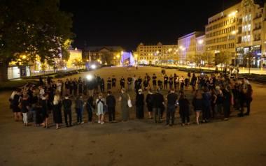 Krąg Ciszy w PoznaniuWczoraj wieczorem na ulice Łodzi, Warszawy, Gdańska, Krakowa i innych miast Polski wyszły ubrane na czarno kobiety, by wziąć udział