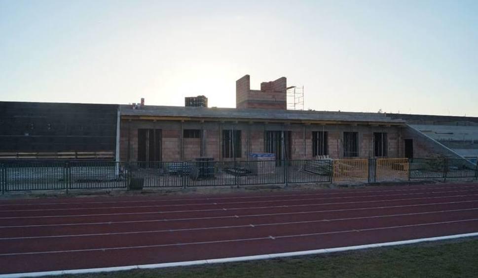 Film do artykułu: Budowa stadionu w Białobrzegach. Są już trybuny, budują też boisko zapasowe