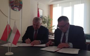 Jerzy Sirak, burmistrz Hajnówki (z lewej) i przewodniczący Rejonowego Komitetu Wykonawczego w Prużanach Jurij Jurewicz Bisun podpisali Umowę o współpracy