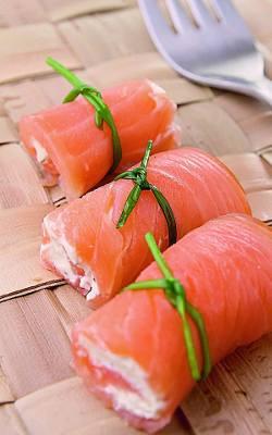 Roladki z wędzonego łososia nadziewane serkiem mascarpone.