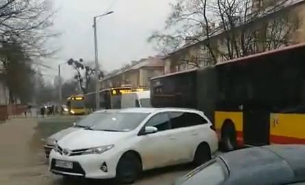 Wrocław: Cztery autobusy linii A jeden za drugim. O co chodzi?