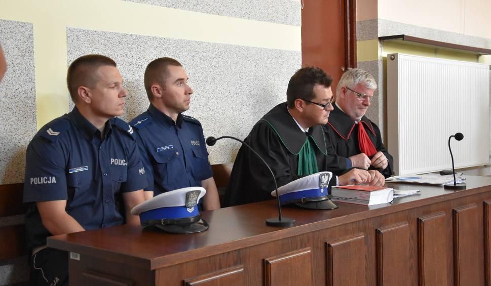 Film do artykułu: Policjanci napadli na parę w Częstochowie? Nie! Było odwrotnie. Rozpoczął się proces oskarżonych o znieważenie policjantów ZDJĘCIA + FILM