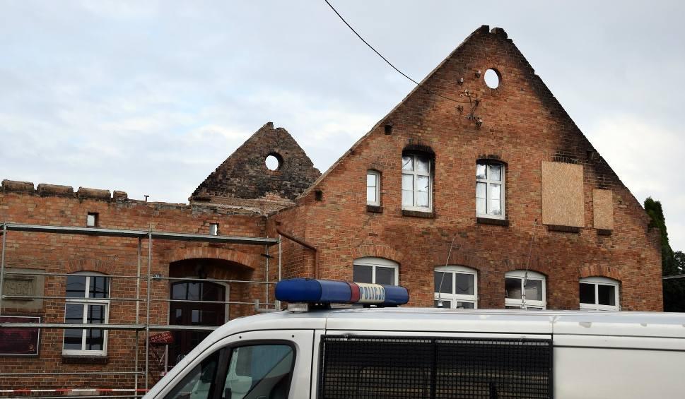 Film do artykułu: Ściana przewróciła się na trzech pracowników w czasie remontu dawnej szkoły w Łąkiem (wideo, zdjęcia)