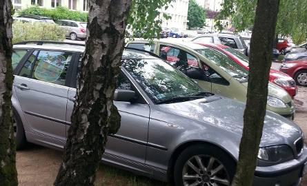 Samochody zaparkowane przed jednym z punktów sprawdzania matur dla naszego województwa (Zespół Szkół Ogólnokształcących nr 1 w Łodzi) w maju 2018 r.