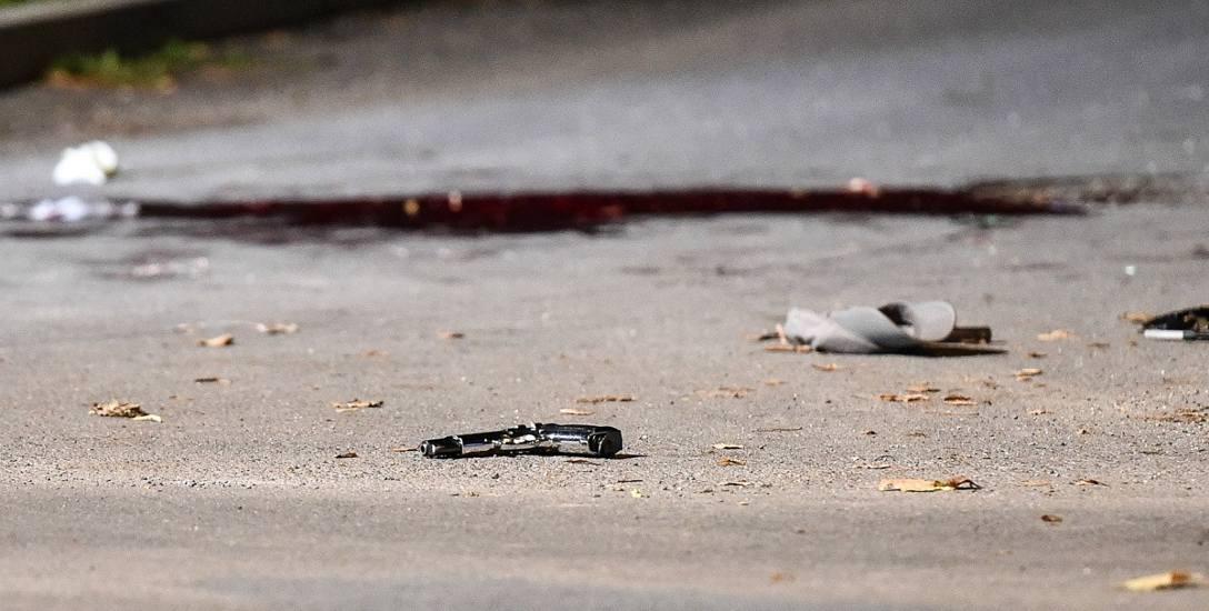 Z nieoficjalnych informacji wiemy, że policjanci zostali ranieni między innymi w twarz, bark i nogi. Przestępca został trafiony w nogi. Poszkodowani