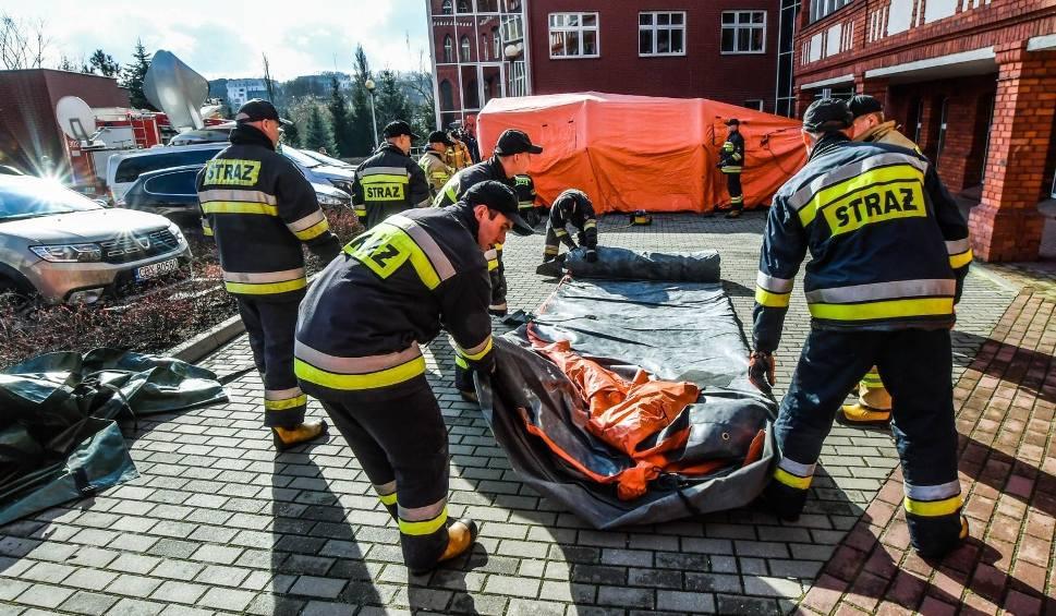 Film do artykułu: Strażacy z regionu ćwiczyli na wypadek epidemii. Zobaczcie wideo!