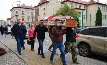 Protest rolników: ciągniki nie zostały wpuszczone do centrum Rzeszowa. Zatrzymała je policja. Rolnicy podarowali wojewodzie trumnę