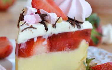 Sernik z truskawkami z bezą i galaretką inspirowany deserem eton mess. Zobaczcie przepis naszej Czytelniczki.