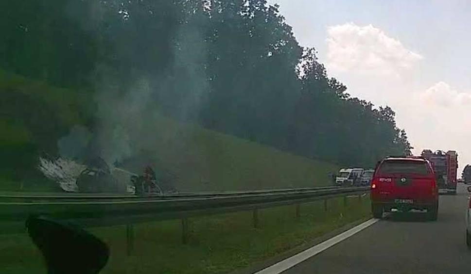 Film do artykułu: Wypadek na S7 na obwodnicy Białobrzegów. Zapalił się samochód osobowy. Ranna jedna osoba. Pas ruchu w stronę Warszawy był zablokowany