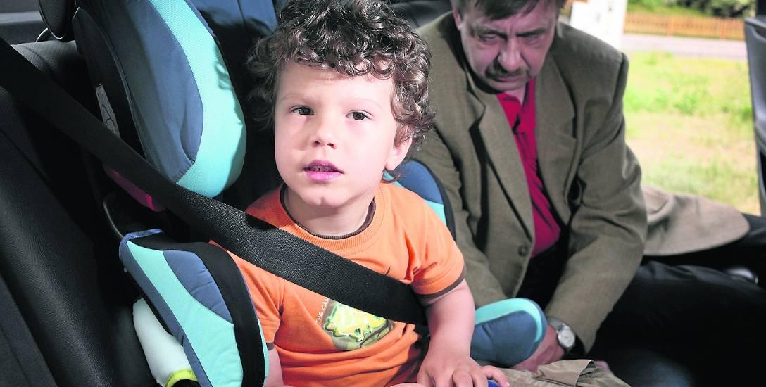 Dziecko umieszczone prawidłowo w foteliku samochodowym  jest znacznie bezpieczniejsze niż gdyby siedziało jak dorosły