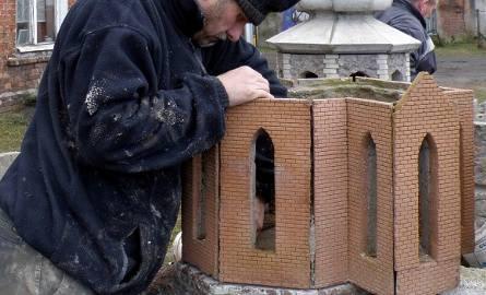 Poszczególne elementy zamkowej kaplicy odlewane są w formach. Pan Czesław łączy je w architektoniczną bryłę.