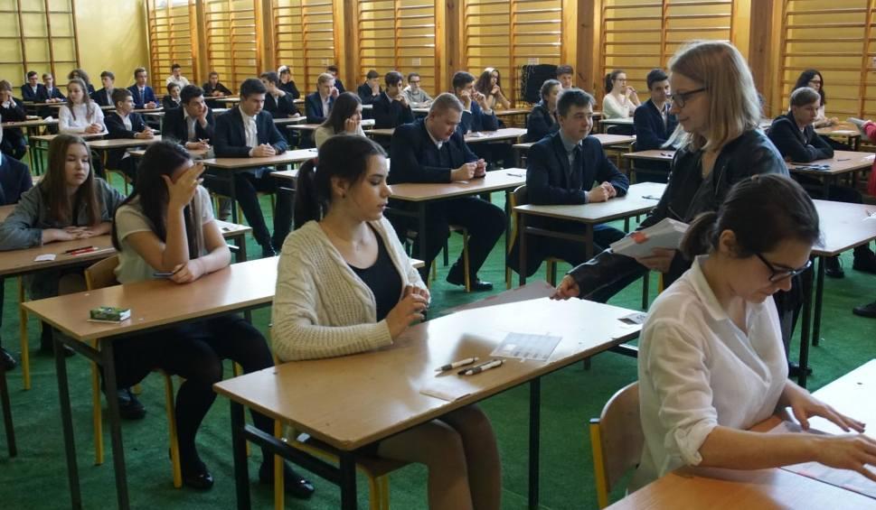 Film do artykułu: Egzamin gimnazjalny 2018: Są wstępne wyniki. Jak poszło gimnazjalistom z Wielkopolski? Problem jest z liczeniem i chronologią