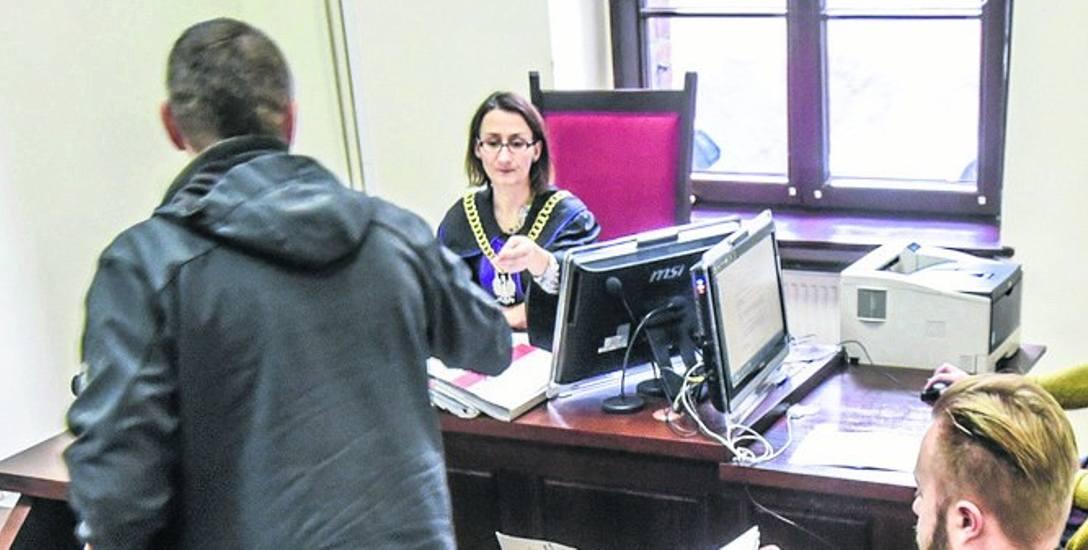 Izabela i Roman G. odpowiadają w procesie z wolnej stopy, nie przyznają się do winy (na zdj. zeznaje świadek w sprawie)
