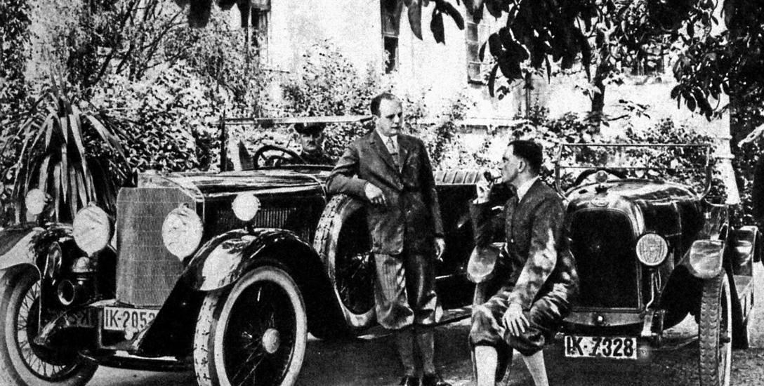 Carl von Pückler-Burghauss (po lewej) przed swoim zamkiem w Korfantowie. Ostatni właściciel majątku był zagorzałym hitlerowcem