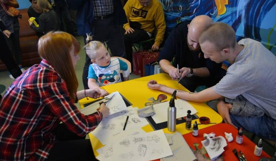 """Film do artykułu: """"Dziarą w raka"""", czyli studio tatuaży w szpitalu w Kielcach"""