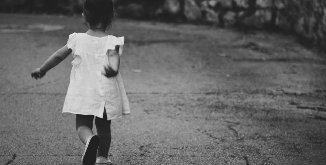 Po spacerze z ojcem 3-latka miała uszkodzenia miejsc intymnych. Matka zabrała ją od niego, a sprawą ma zająć się prokuratura... wojskowa