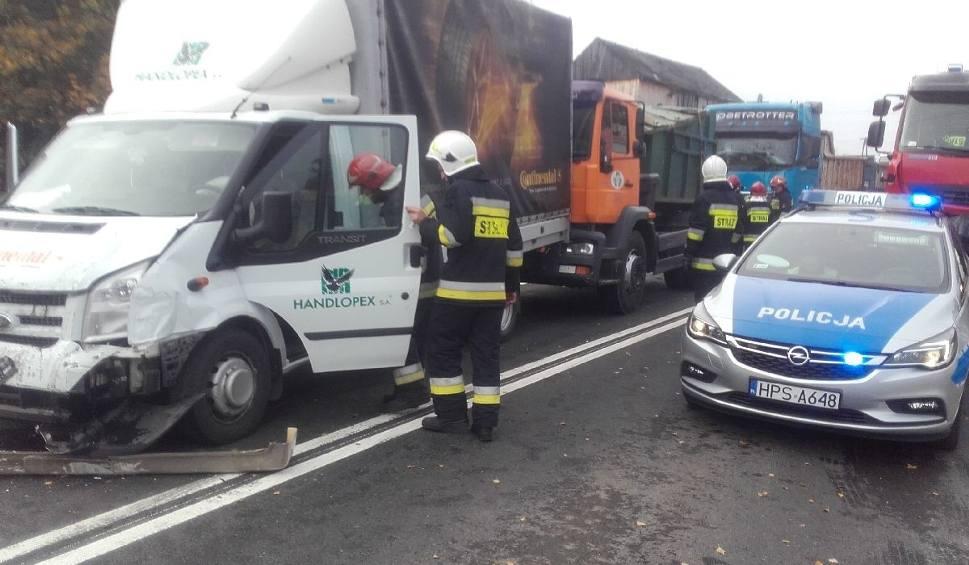 Film do artykułu: Karambol sześciu aut w Belnie. Zderzyły się bus, osobówka, samochód dostawczy i trzy ciężarówki