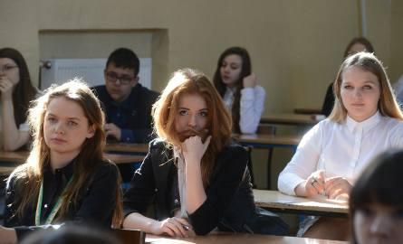 Liczba uczniów gimnazjów drastycznie spada - wylicza MEN. - W porównaniu do roku szkolnego 2005/2006 zmniejszyła się o ok. 33 proc. Ze względu na niż