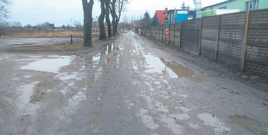 Tak ulica Wodociągowa - przed samym przejazdem kolejowym, za którym budowana jest obwodnica Szczecinka - wyglądała przed przeprowadzeniem draźnych n