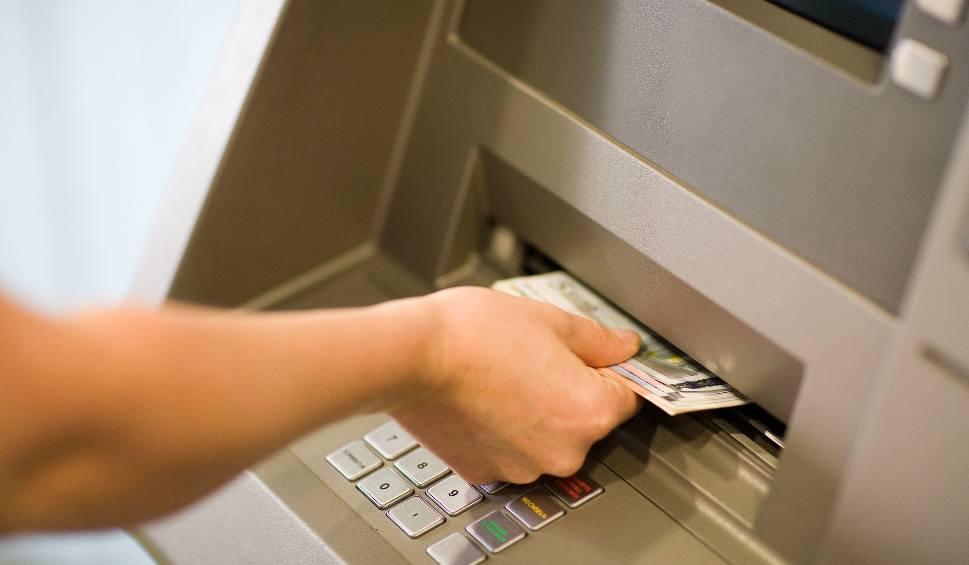 Film do artykułu: W Polsce kradną na BLIK-a. Stoją pod bankomatem i czają się na kody. To nie bajka! [10.04.2020]