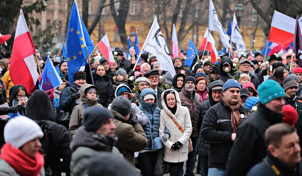 Film do artykułu: KOD znowu protestuje. Ulicami Krakowa przeszedł Marsz Antyfaszystowski [ZDJĘCIA]