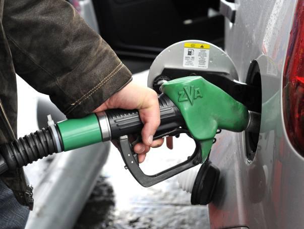 Od kilku tygodni ceny paliw idą w dół. Kierowcy już nie muszą głębiej sięgać do portfela, by zatankować samochód. Czy tendencja spadkowa na rynkach paliw