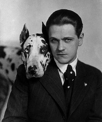 Eugeniusz Bodo ze swoim dogiem Sambo.